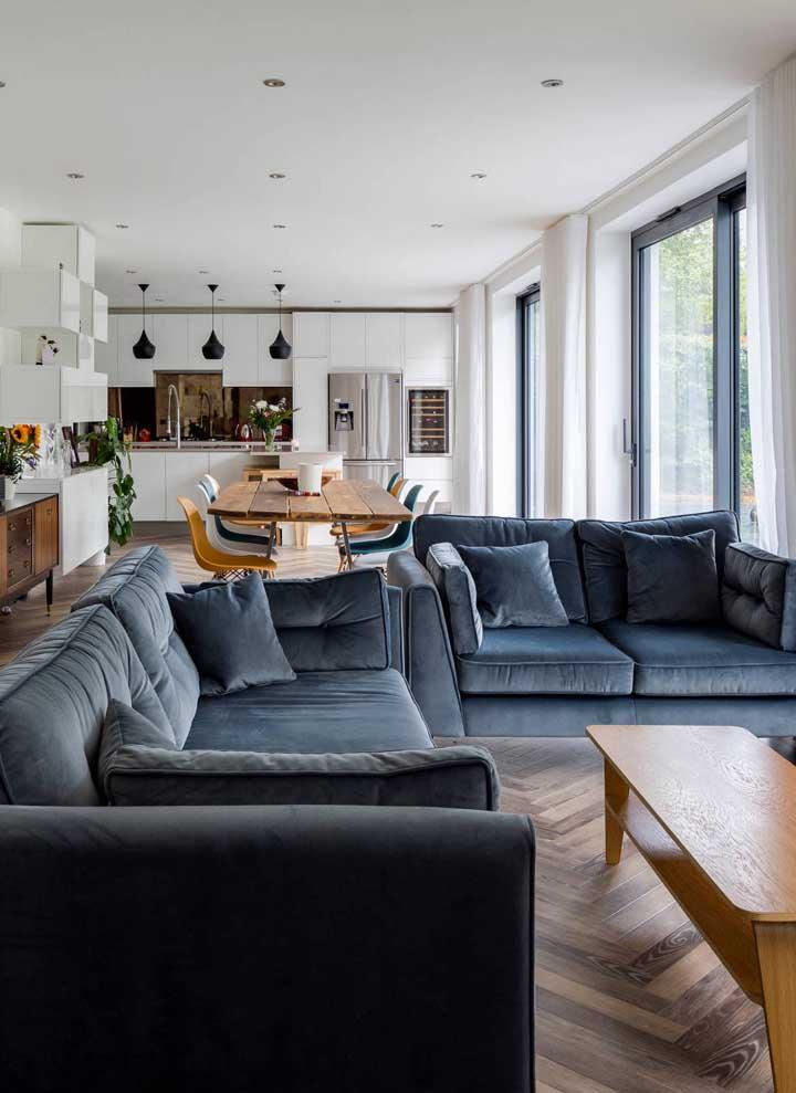 Sofá azul escuro, quase cinza, para a sala de estar sóbria e neutra