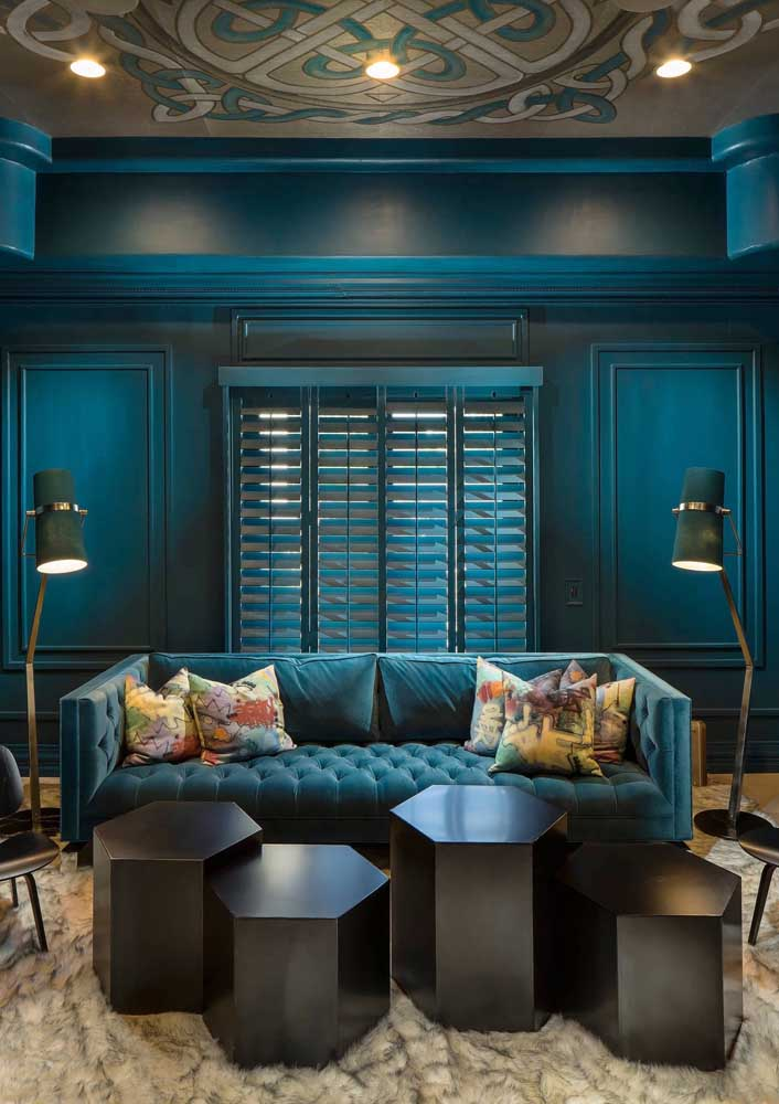 Apaixonante esse mix moderno e clássico com parede e sofá, mais uma vez, compartilhando o mesmo tom de azul