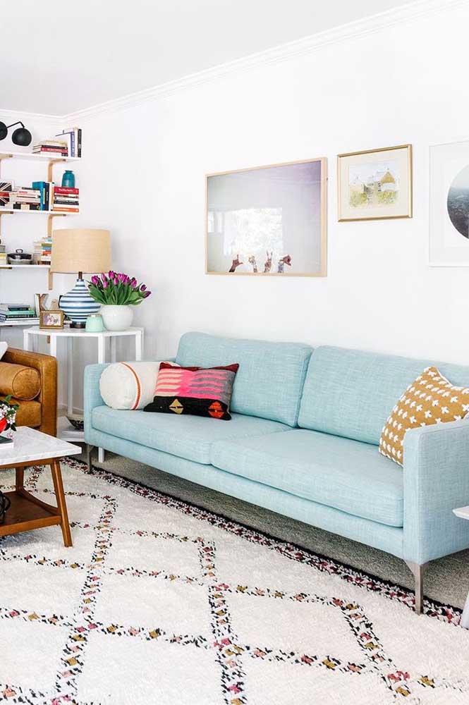 Um elegante sofá azul claro revestido com linho para a sala de estar com toque boho e escandinavo