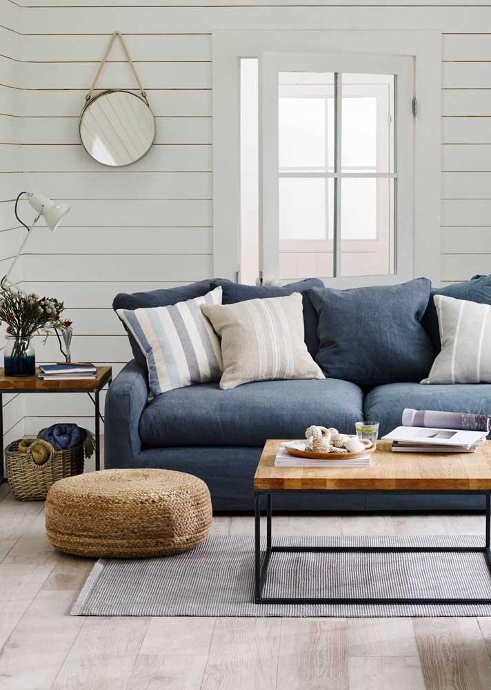 Sofá azul petróleo para a sala que combina referências escandinavas e industriais