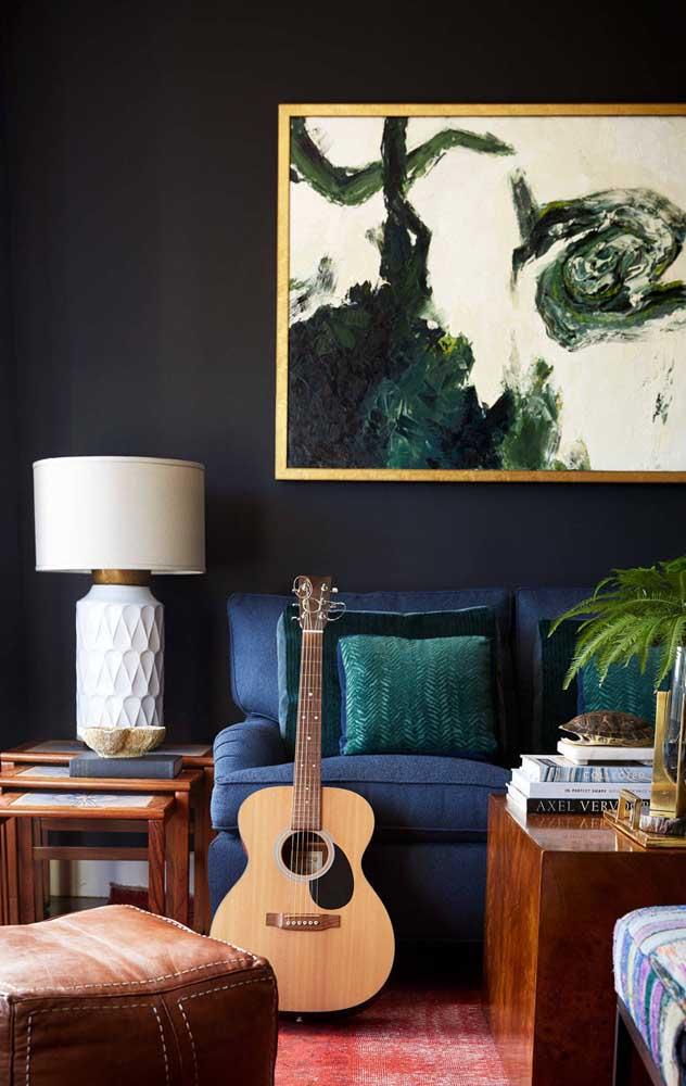 A neutralidade do sofá azul fica muito evidente nesse projeto de sala de estar