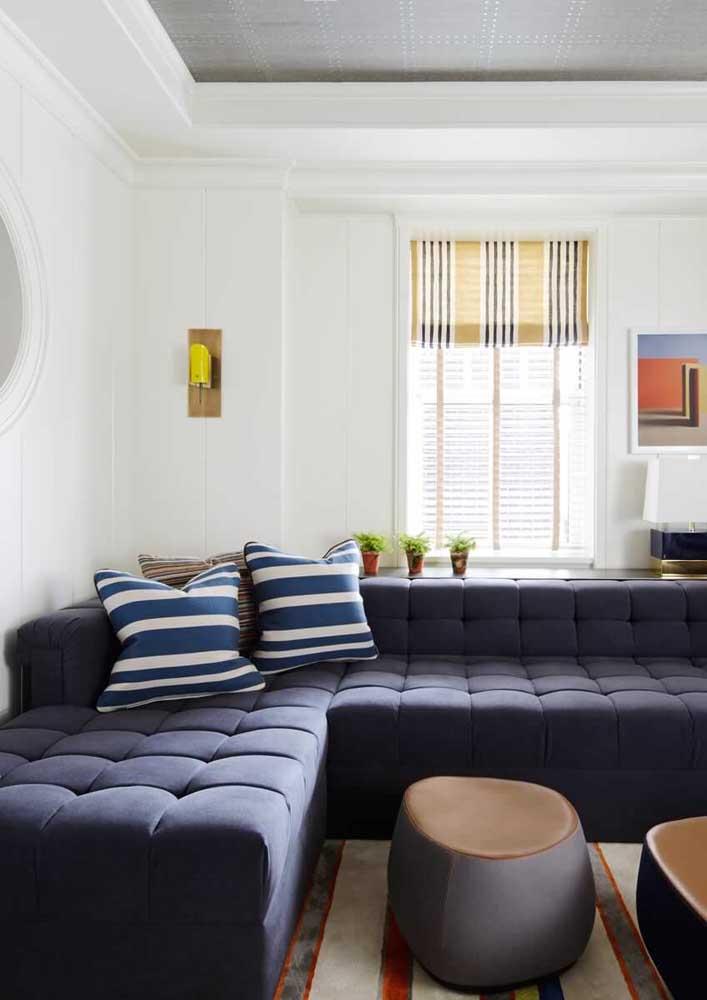 Sofá azul de canto com acabamento capitonê: conforto e beleza numa mesma peça