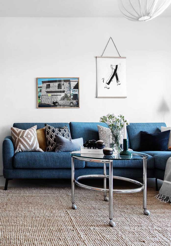 Todo charme e elegância de um sofá de linho azul petróleo