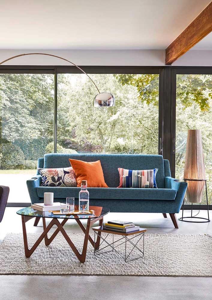 Elegante, neutro e atemporal: é assim que se pode definir o sofá de linho azul petróleo