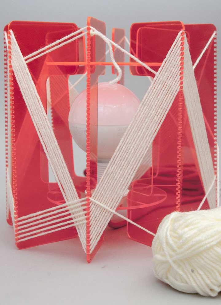 String Art 3D: a proposta aqui foi criar uma luminária a partir da técnica