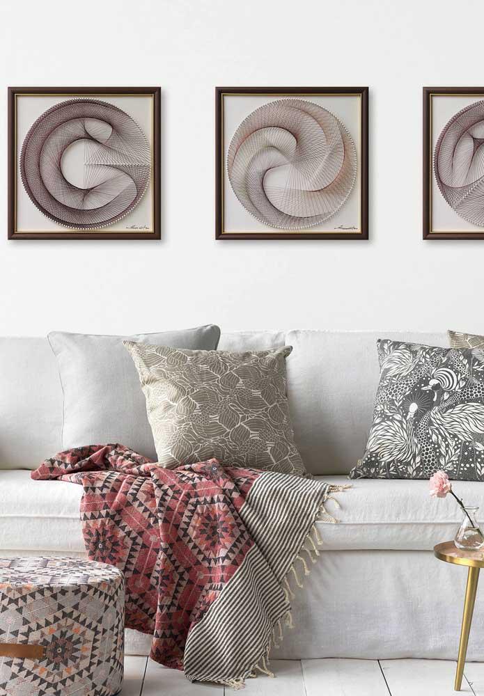 Composição com três quadros em String Art para decorar a parede da sala