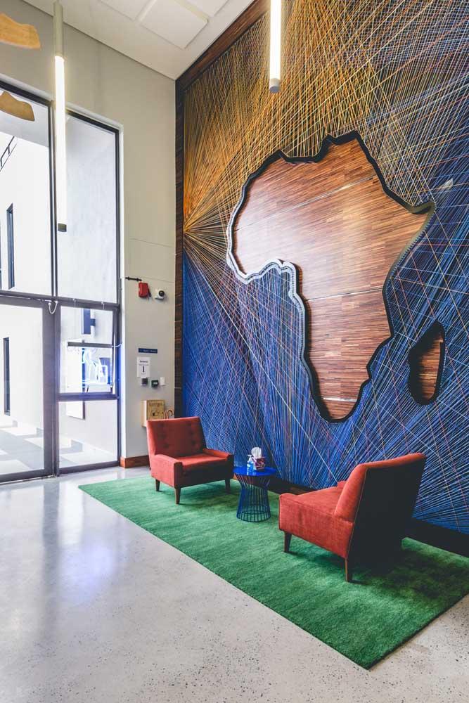 Uma gigantesca referência de String Art – literalmente – aqui, a ideia foi reproduzir em toda a parede de pé direito alto o mapa do continente africano