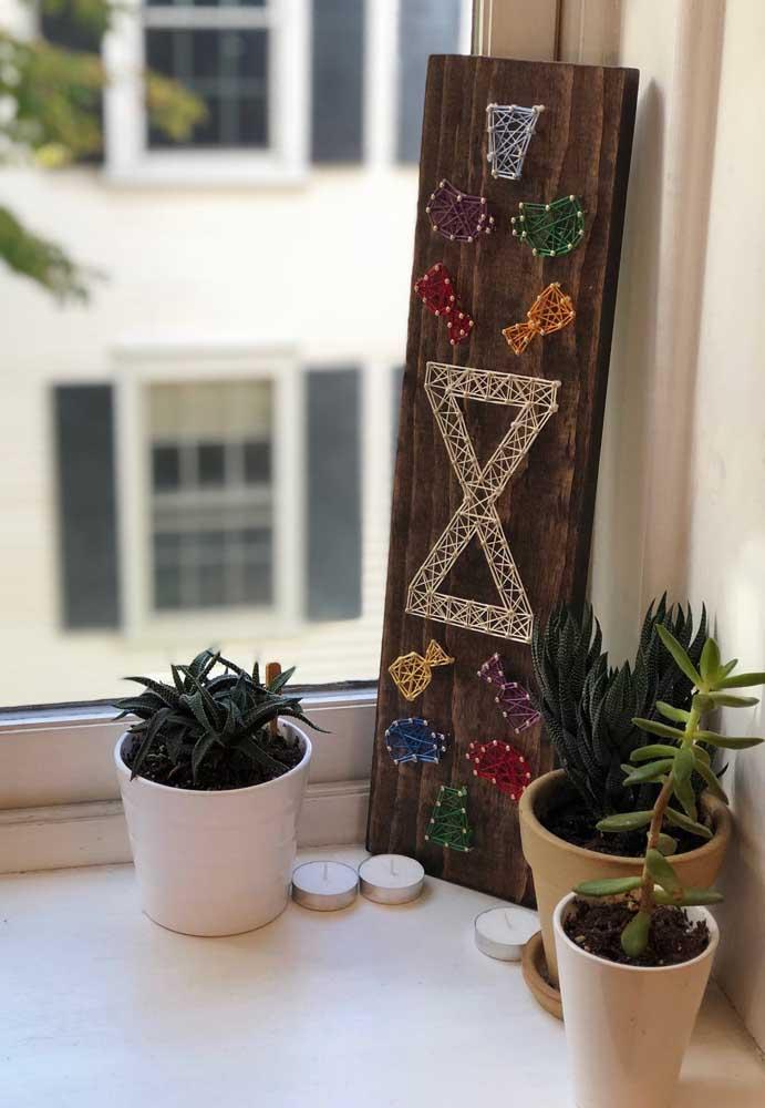 O String Art não precisa ficar só na parede; aqui, o quadrinho foi encostado junto à janela