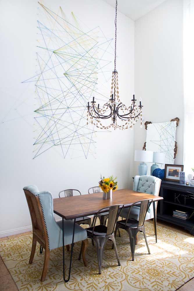 Lindo trabalho abstrato feito em String Art na parede da sala de jantar; ideias simples e inspiradoras