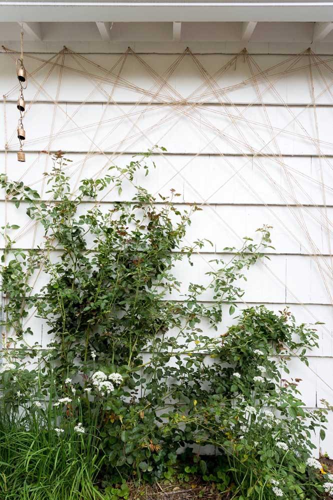 Nessa área externa, os fios desconexos criam uma forma abstrata de String Art na parede