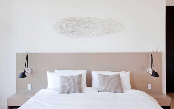 Discreto, neutro e abstrato: esse String Art decora com graciosidade a cabeceira do quarto do casal