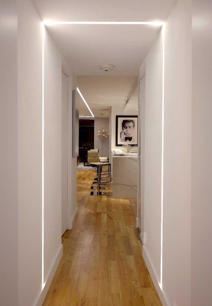 Teto de gesso com iluminação em LED transcorrida pelos dois lados da parede; efeito diferenciado e bem interessante