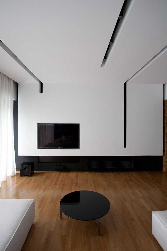 Destaque para os recortes no teto de gesso desta sala; a estrutura permite aplicação de iluminação diferenciada