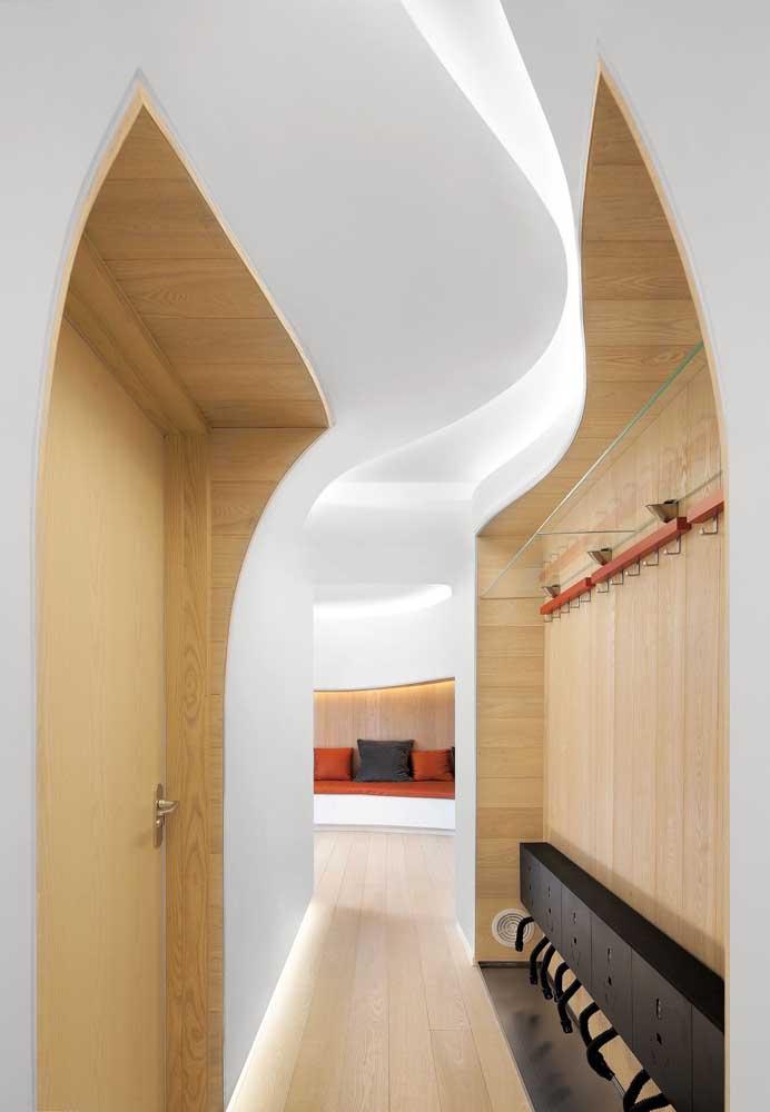 Belo efeito visual criado pela sanca de gesso no teto