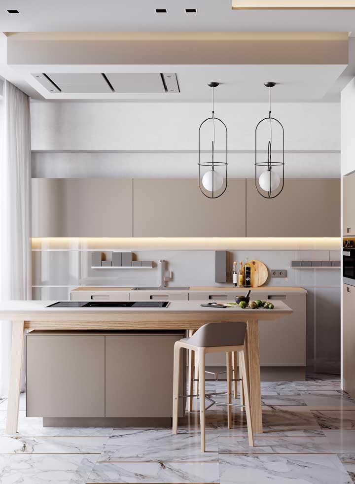 Cozinha americana com teto de gesso rebaixado sobre o balcão