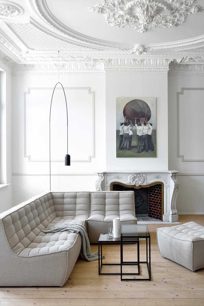 Sala de estar clássica com teto de gesso; destaque para as molduras