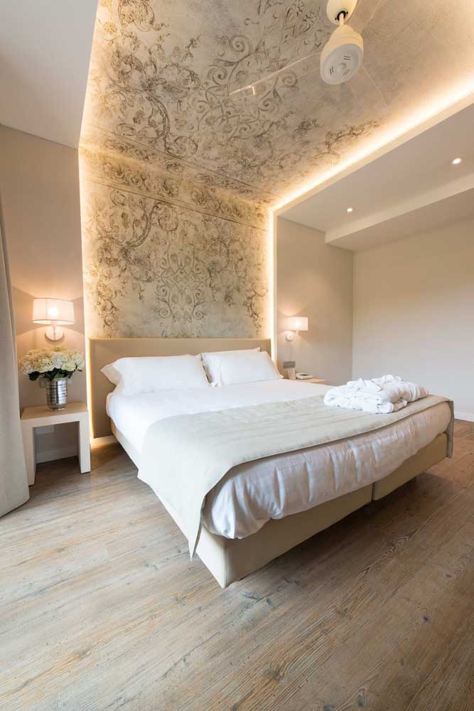 O quarto do casal ficou perfeito com o teto de gesso rebaixado nas laterais; destaque para o desenho no centro do ambiente