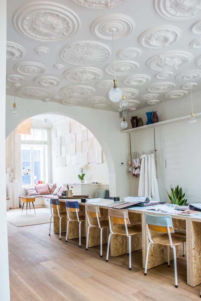 Teto de gesso com molduras clássicas para a sala de jantar cheia de estilo