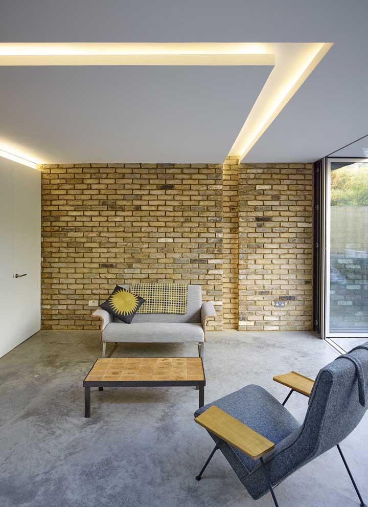 O ambiente contemporâneo ficou completo com o teto de gesso e a iluminação LED