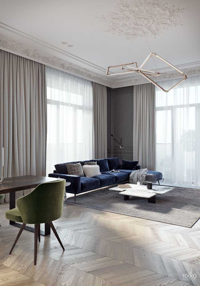 Sala de estar moderna com teto de gesso e molduras clássicas; um contraste de estilos que deu certo