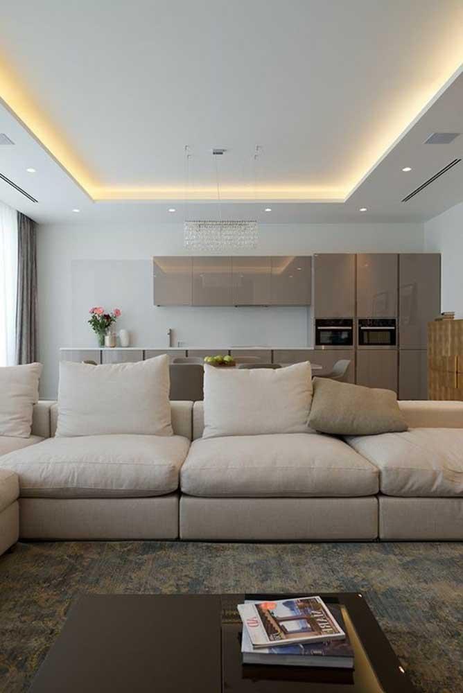 Ambientes integrados sempre se favorecem com uso de teto de gesso e iluminação embutida