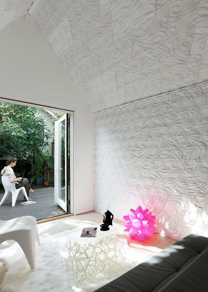 Nesse ambiente, o destaque fica por conta da parede e do teto com aplicação de gesso 3D