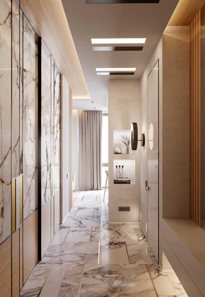 Um ambiente elegante e cheio de estilo com teto de gesso e iluminação indireta