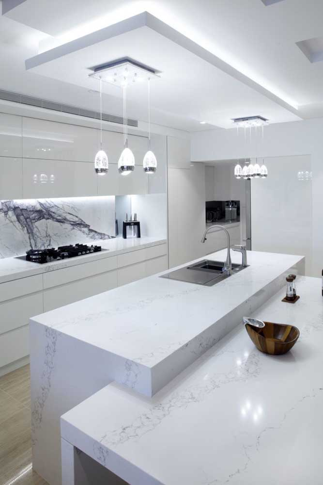 Cozinha elegante com teto de gesso rebaixado