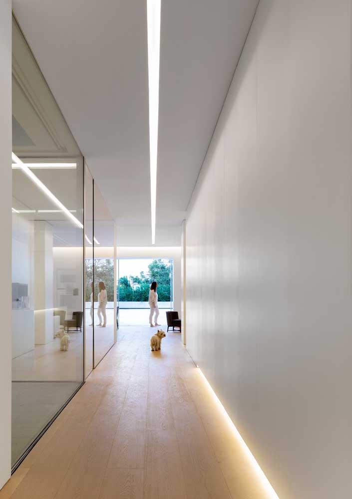O teto de gesso do corredor ganhou uma iluminação que acompanha toda a extensão do espaço