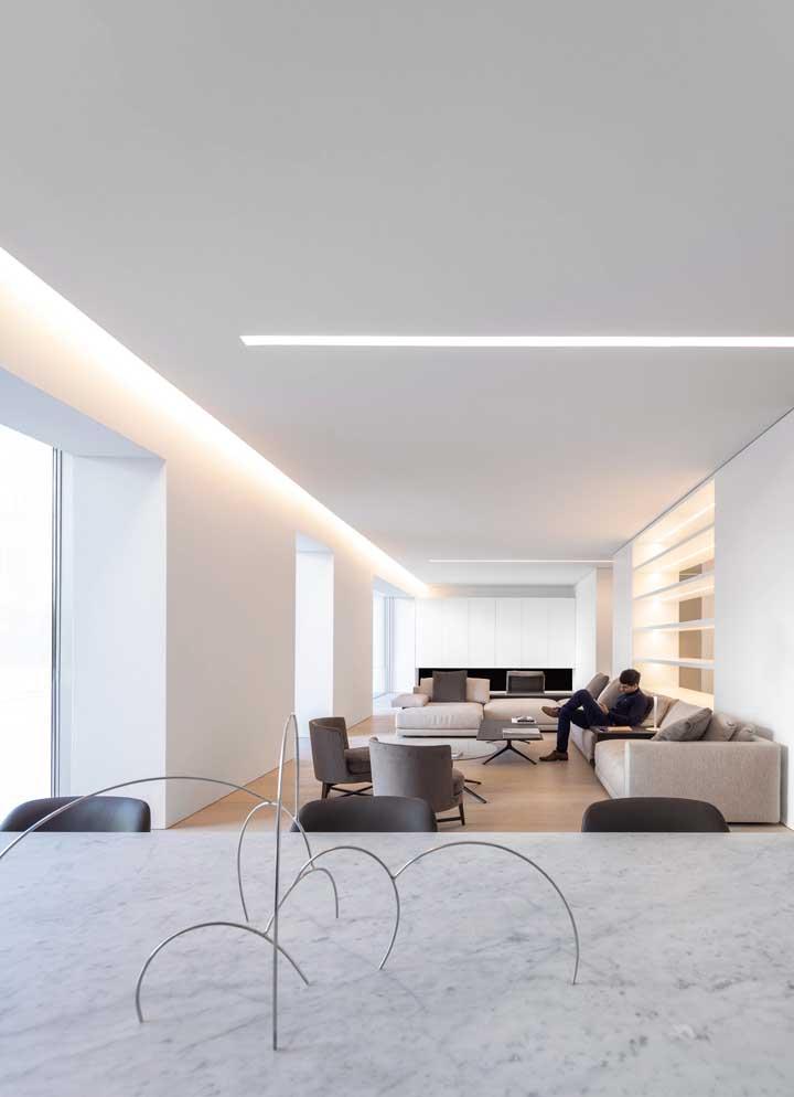 Ambiente integrado com teto de gesso simples e iluminação em LED