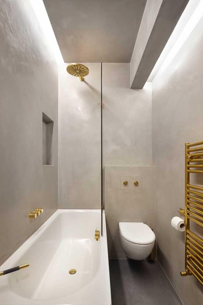 Banheiro em estilo industrial com teto de gesso e iluminação de LED