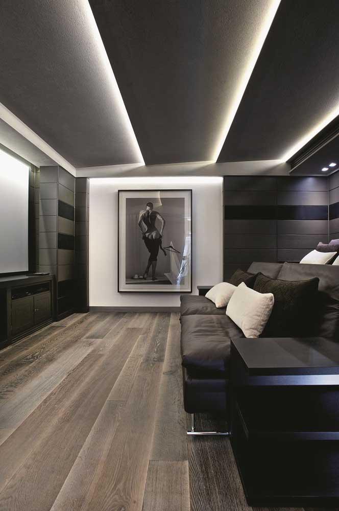 A sala de estar moderna ganhou um teto de gesso em diferentes níveis, com iluminação em LED entre as linhas apontadas