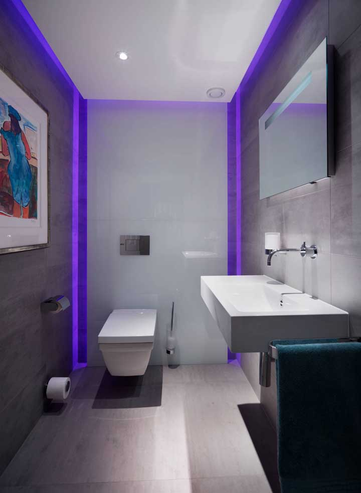 Que banheiro cheio de personalidade! Aqui, o teto de gesso ganhou uma iluminação roxa