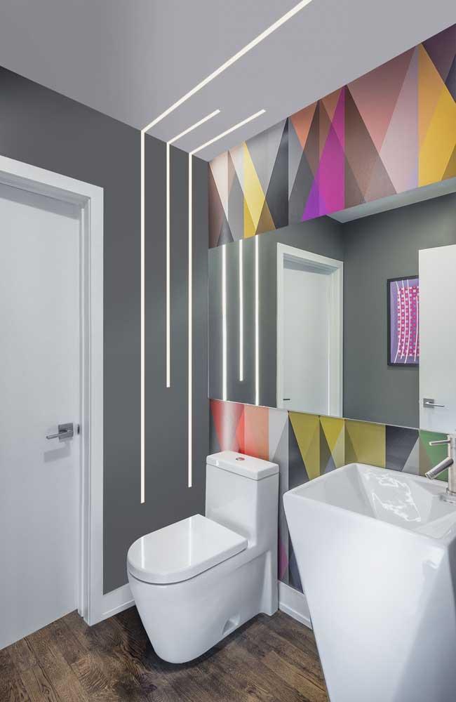 Banheiro moderno com teto de gesso e iluminação entre o teto e a parede em LED