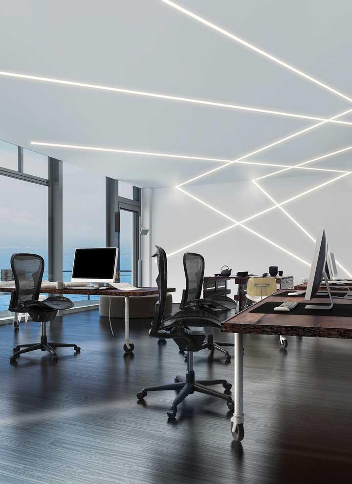 Ambientes corporativos também ficam ótimos com teto de gesso e iluminação embutida