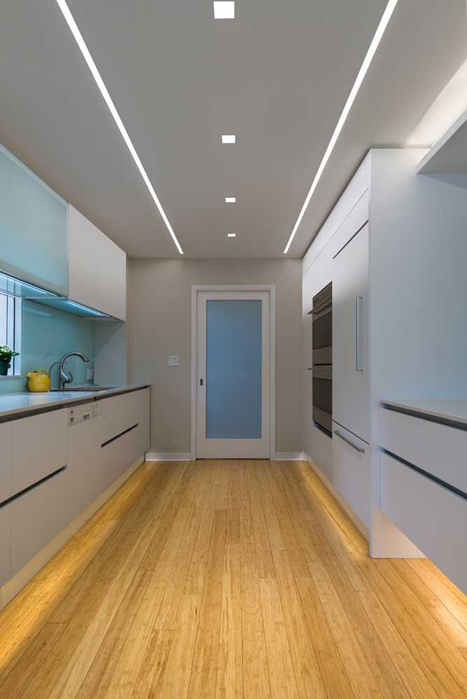 Cozinha moderna com teto de gesso e iluminação embutida em LED