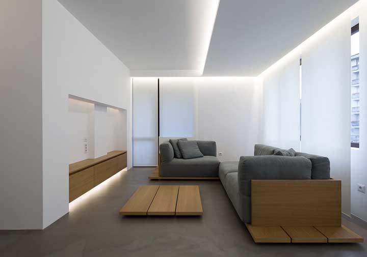 Teto de gesso para a sala de estar; destaque para o uso moderno da sanca e da iluminação em LED