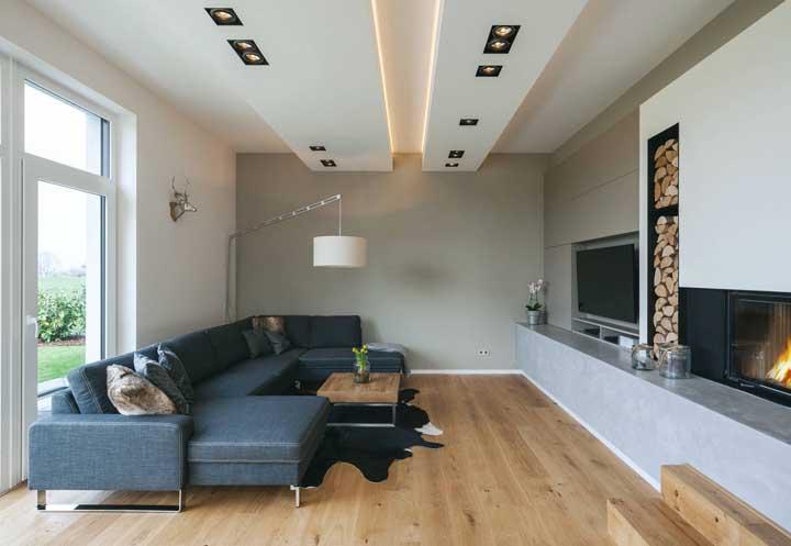 Sala de estar com teto de gesso rebaixado apenas na parte central