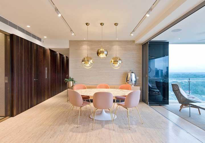 A sala de jantar contemporânea ficou perfeita com o teto de gesso e os pendentes modernos