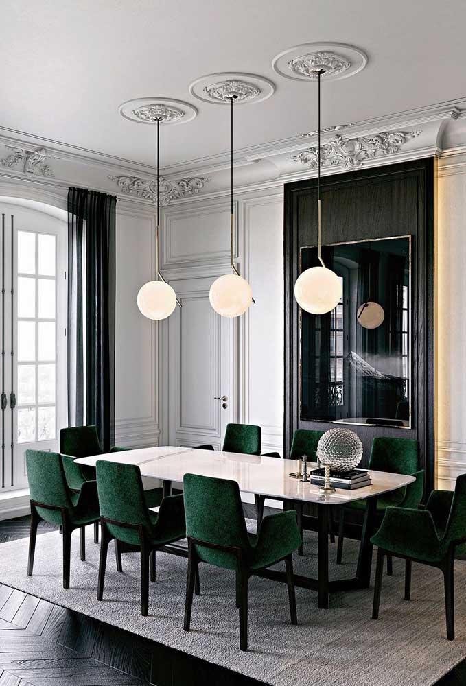 Teto de gesso na sala de jantar com destaque para as molduras clássicas e elegantes em torno dos pendentes
