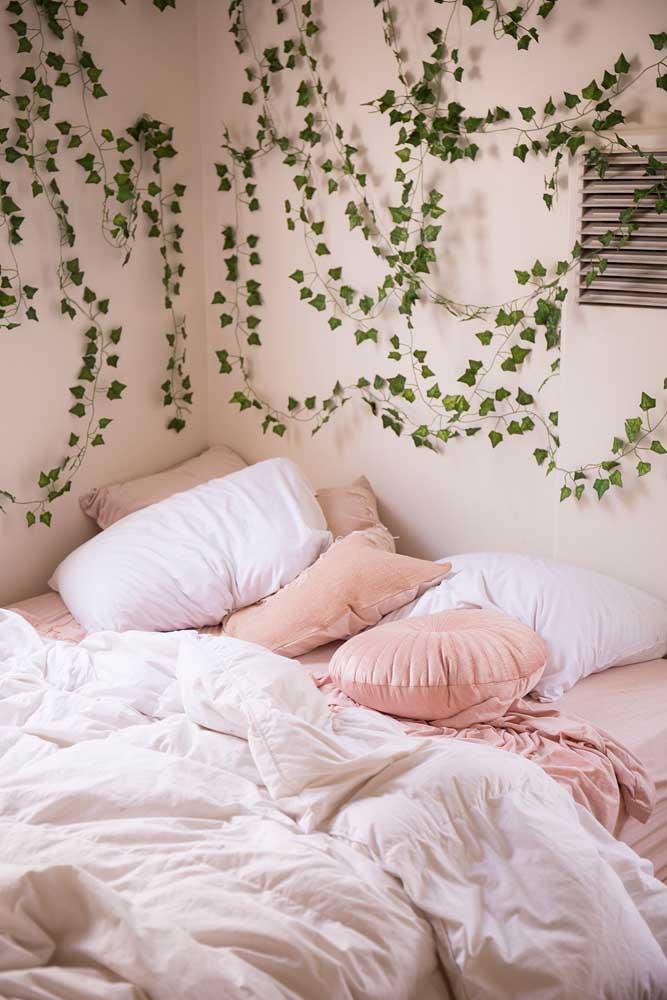 Perceba como você pode usar a trepadeira jasmim-dos-açores na parede do quarto de forma delicada.