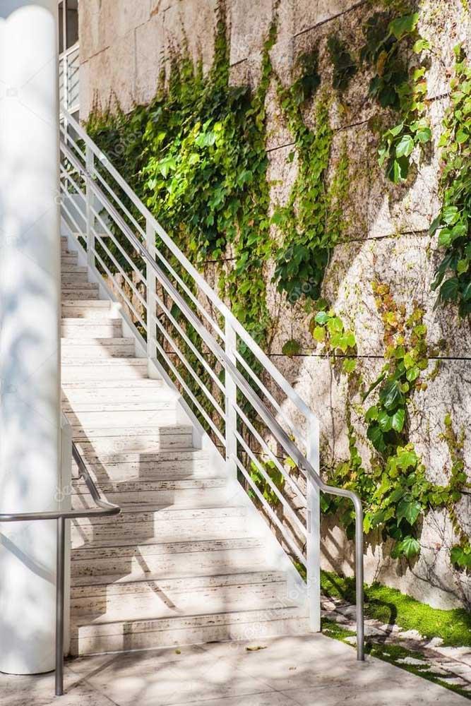 Use trepadeiras na parede próxima à escada, sem precisar a barra de segurança da escada.