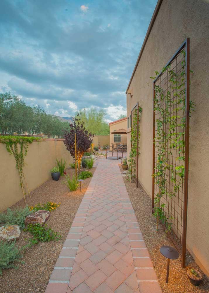 Coloque várias grades com trepadeiras na hora de fazer o projeto de paisagismo do seu jardim.
