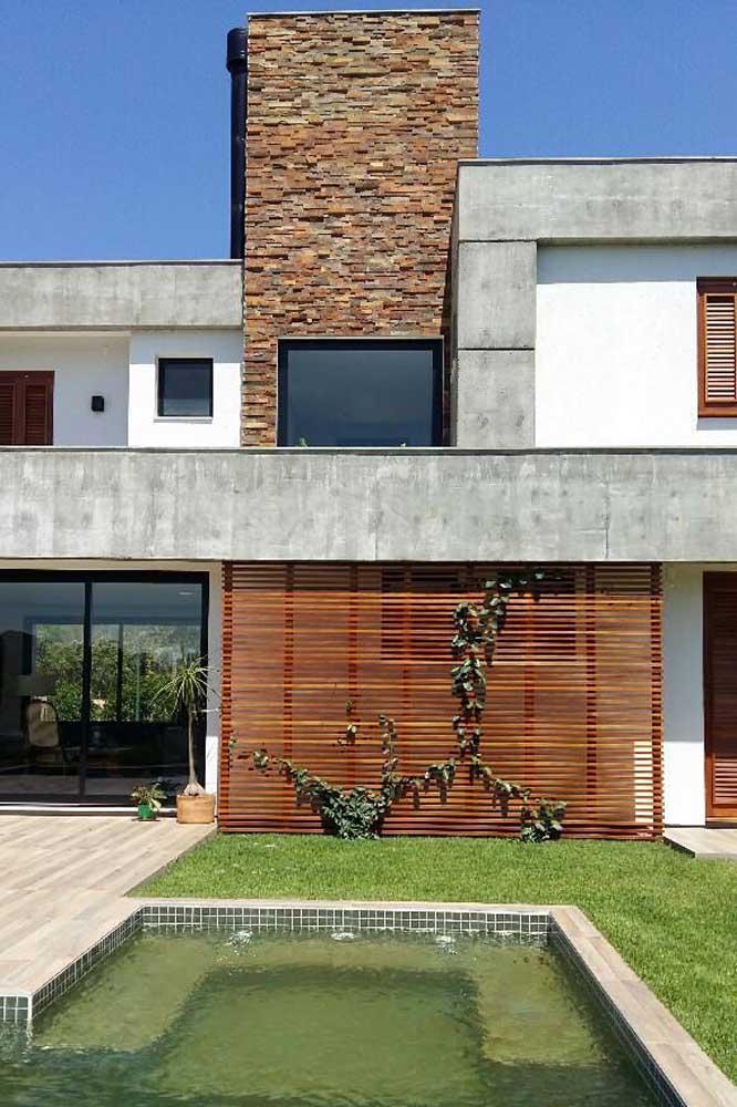 Quem disse que não é possível fazer uma parede de madeira com trepadeira na parte externa da casa?