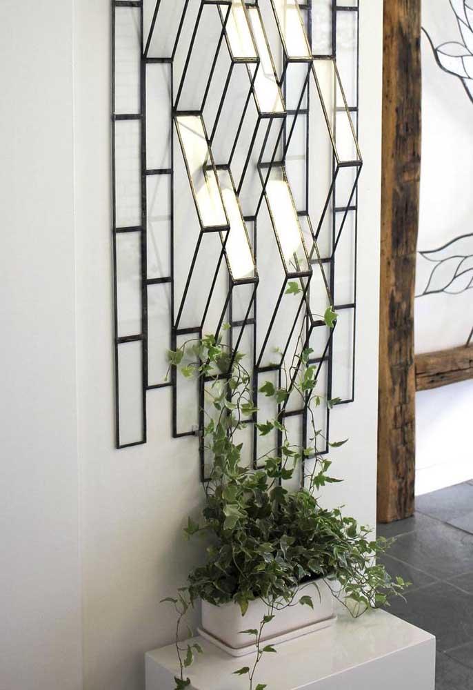 Você pode usar um objeto de decoração na parede e colocar a trepadeira em um vaso.