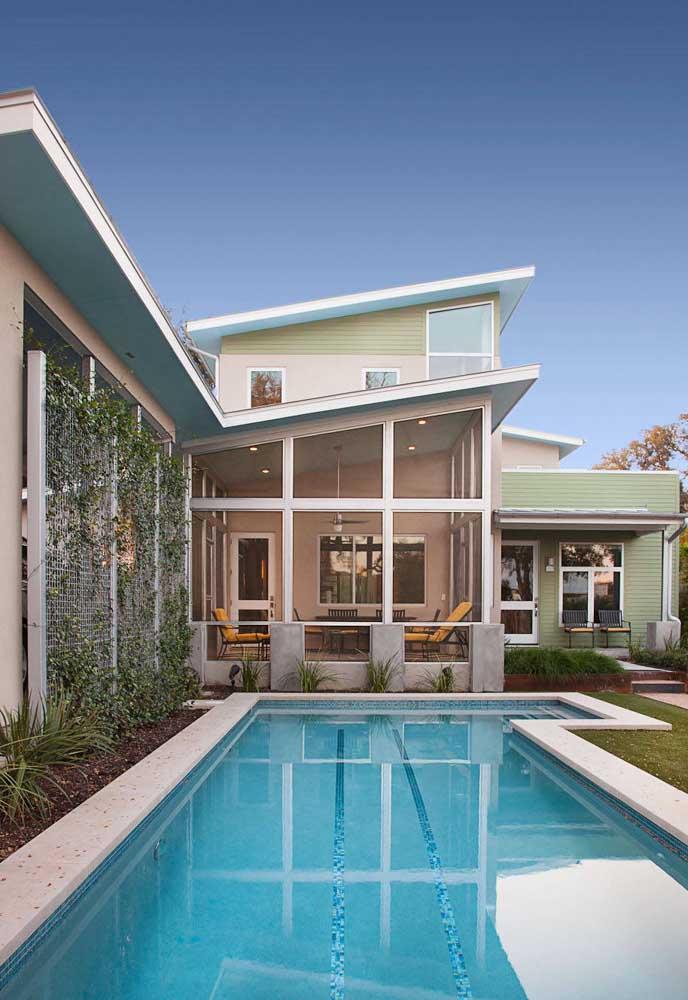 O que acha de montar uma estrutura para deixar a trepadeira crescer na área da piscina?