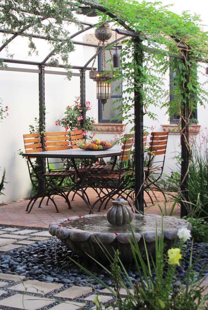 Com um pergolado no estilo clássico é possível deixar o ambiente mais romântico.