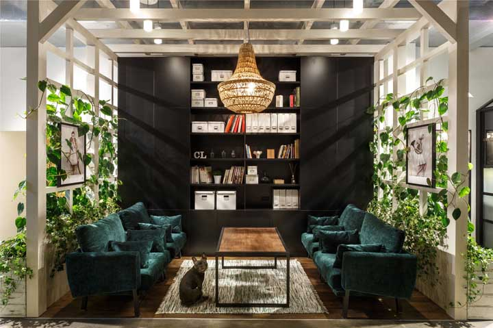 Olha que ambiente maravilhoso se transformou essa sala com duas paredes feitas com trepadeiras.