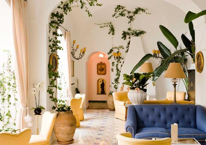 Espalhe trepadeiras artificiais por vários cantinhos da casa, deixando a decoração mais delicada.