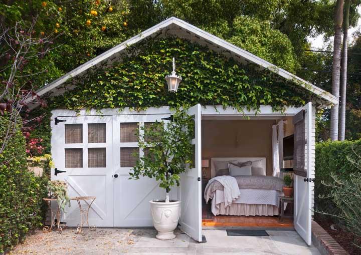 Olha como esse quarto ficou no estilo romântico com a trepadeira na parte externa do ambiente.
